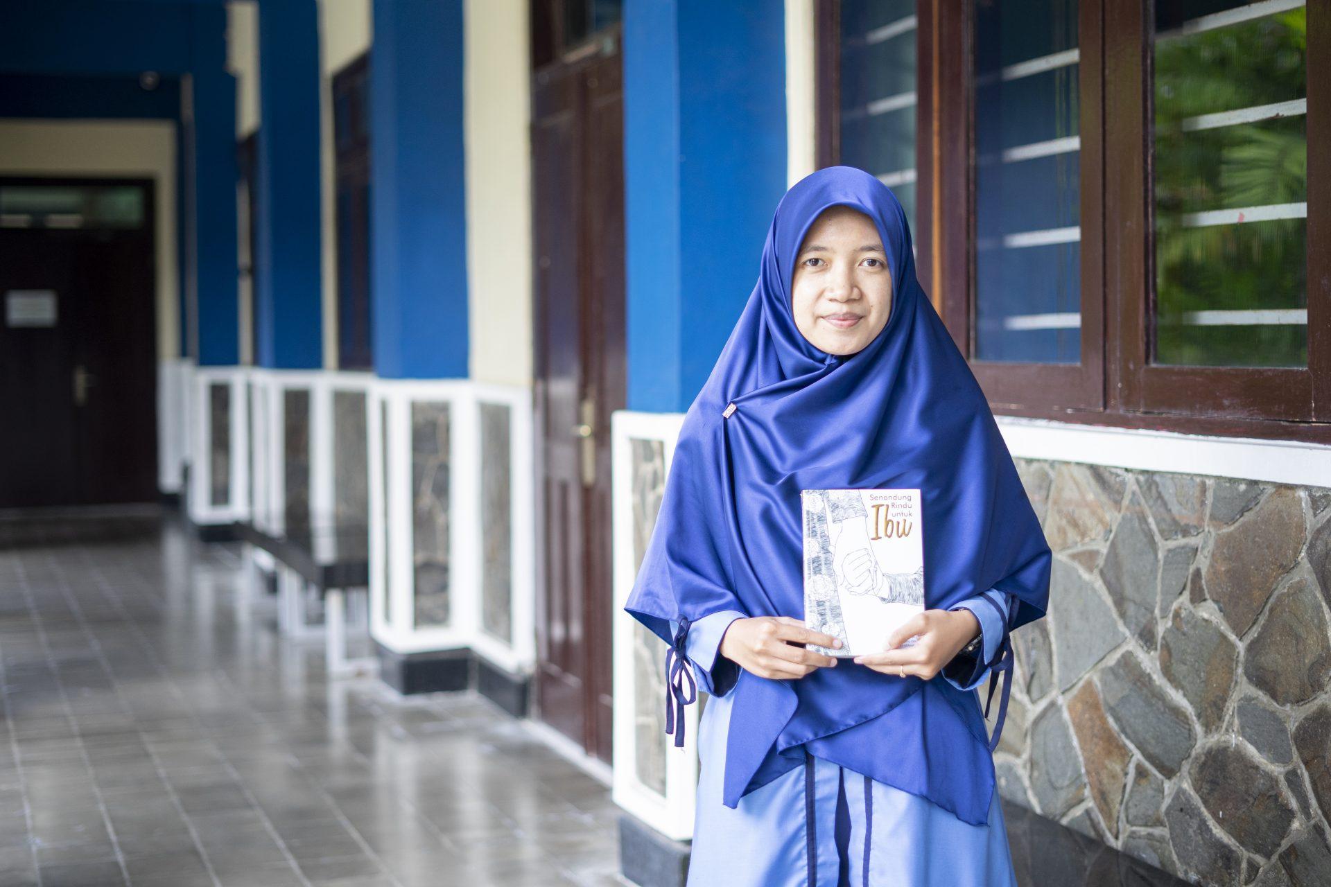 Ustazah Nurika dengan Buku Senandung Rindu untuk Ibu